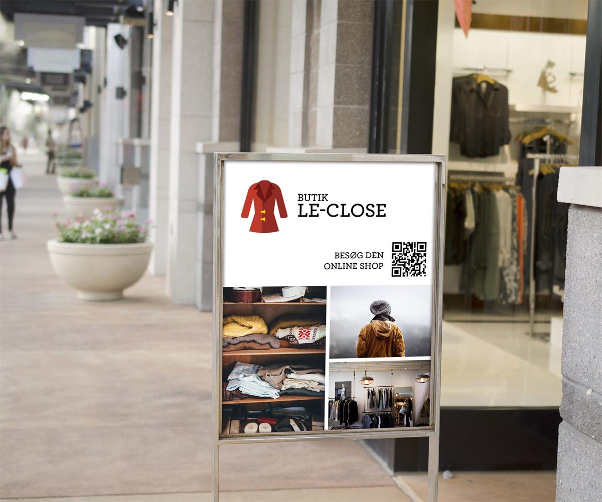 Skilt foran tøjbutik med Qr kode